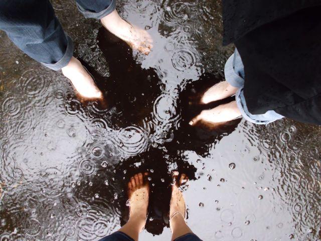 Alle blote voeten in de modderplas
